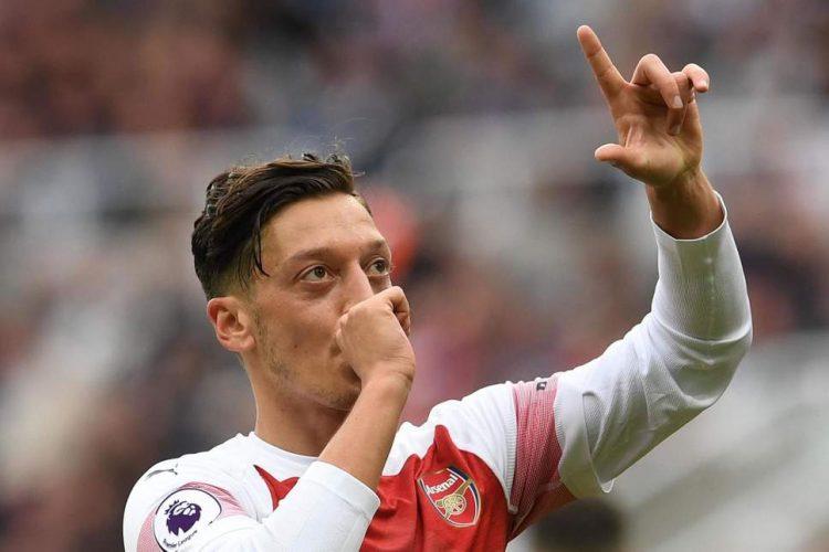 Mesut Ozil Dipastikan Tetap Di Arsenal